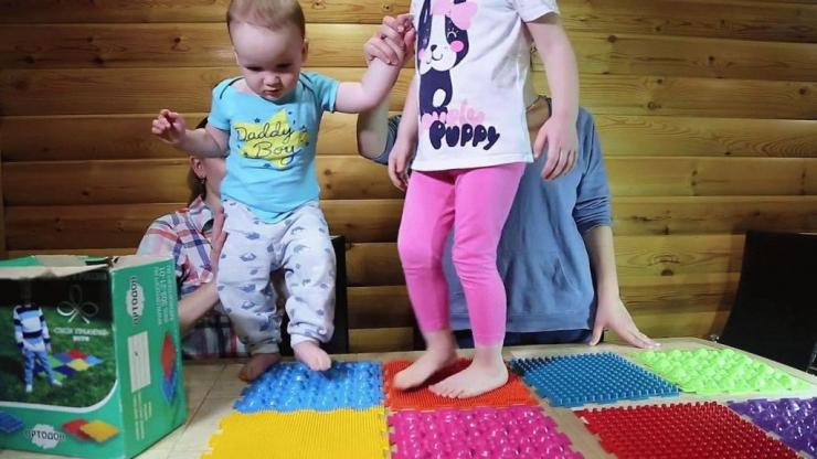 Выбор ортопедического коврика для детей от плоскостопия
