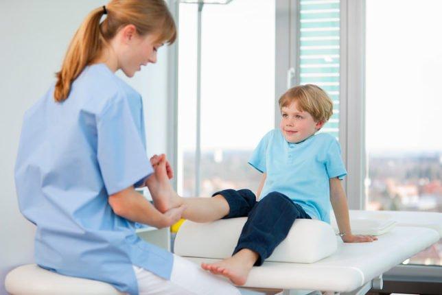 Почему возникают беспричинные синяки на ногах у ребенка?