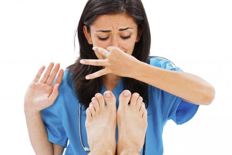 Почему потеют и пахнут ноги и обувь?