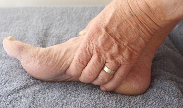 Как лечить судороги в ногах у пожилых людей
