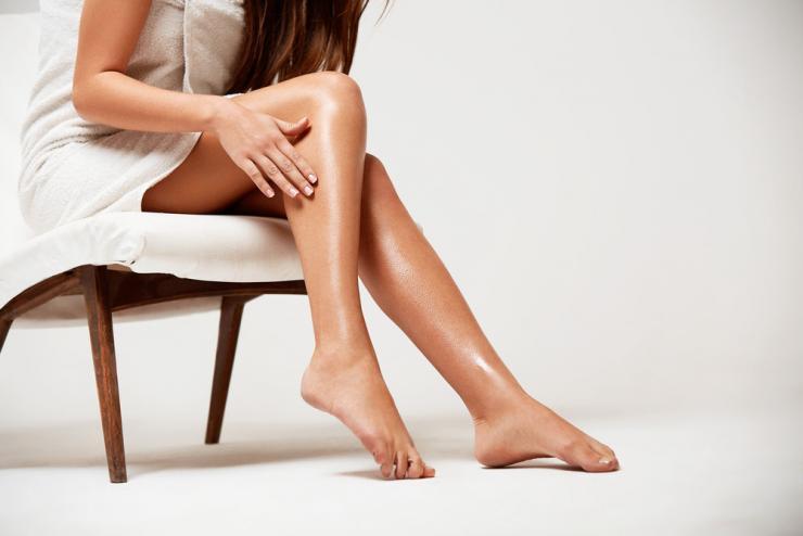 Как избавиться от черных точек на ногах после бритья?