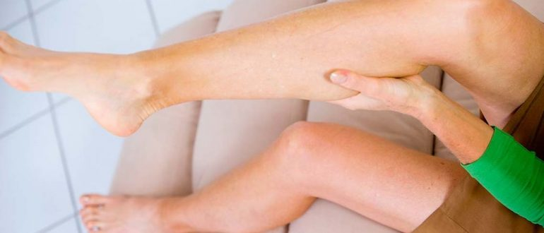 Что делать когда свело ногу судорогой