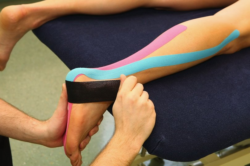 Процедура тейпирования икроножной мышцы