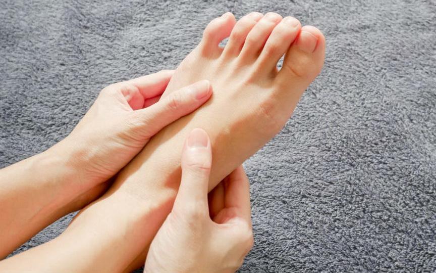 Причины боли ступней под большим пальцем ноги, лечение подошвы